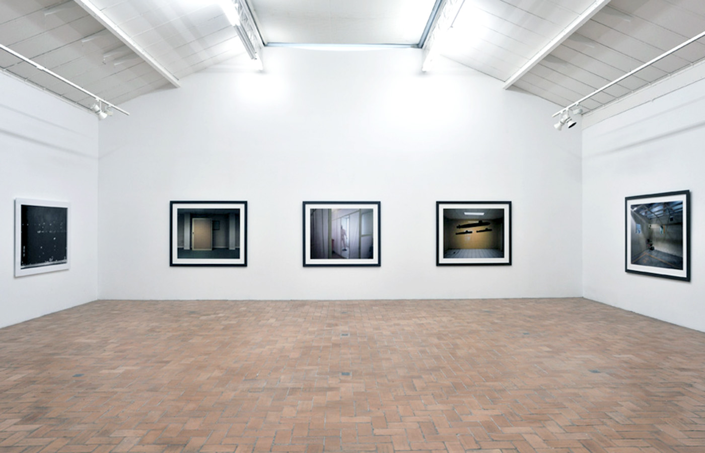 Lynne Cohen - Exhibition view - Proof - Galerie in situ - Fabienne Leclerc, Paris, 2009